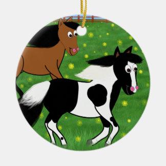 Cartoon-Pferde, die in Feld laufen Rundes Keramik Ornament