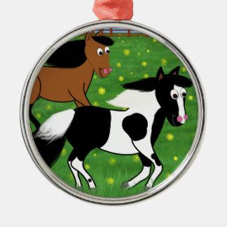 Cartoon-Pferde, die in Feld laufen Rundes Silberfarbenes Ornament