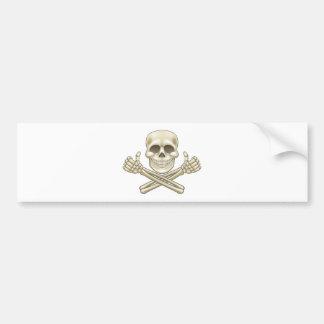 Cartoon-Schädel und Knochen-Pirat greift oben ab Autoaufkleber