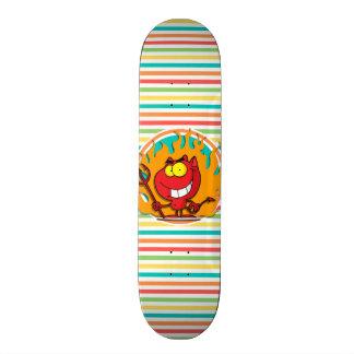 Cartoon-Teufel, helle Regenbogen-Streifen Individuelle Skateboards