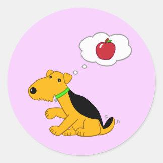 Cartoonairedale-Hund, der an einen Apple denkt Runder Aufkleber