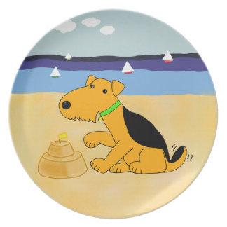 Cartoonairedale-Terrier-Hund an der Strand-Platte Melaminteller
