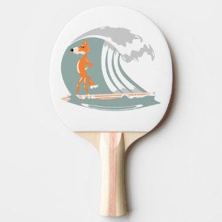 CartoonFox auf einem Surfbrett Tischtennis Schläger
