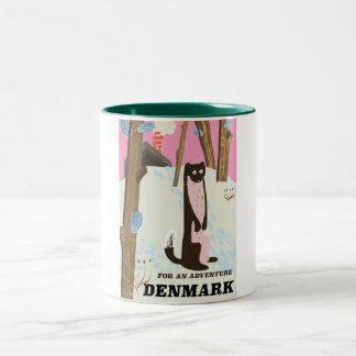 Cartoonlandschaftsreiseplakat Dänemarks Vintages Zweifarbige Tasse