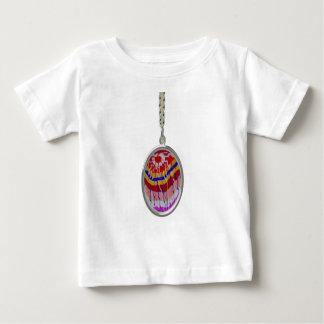Celeberations: Helle Kerzen der Dekorations-n Baby T-shirt