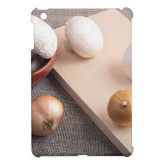 Champignonpilze und -zwiebeln auf der Tabelle iPad Mini Hüllen