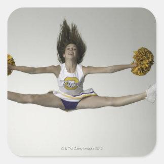 Cheerleader, die Spalten in der mittleren Luft tut Quadrataufkleber