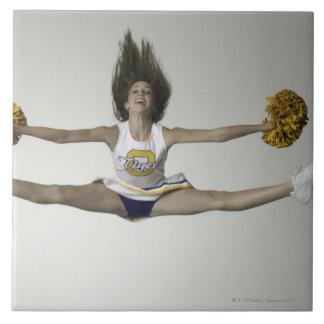 Cheerleader, die Spalten in der mittleren Luft tut Große Quadratische Fliese