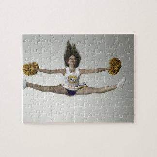 Cheerleader, die Spalten in der mittleren Luft tut Foto Puzzle