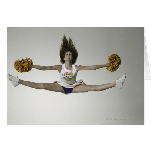 Cheerleader, die Spalten in der mittleren Luft tut Karten