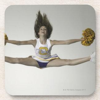 Cheerleader, die Spalten in der mittleren Luft tut Getränke Untersetzer