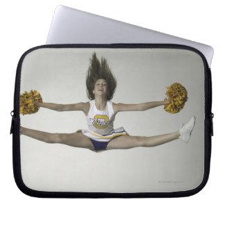 Cheerleader, die Spalten in der mittleren Luft tut Laptop Computer Schutzhüllen