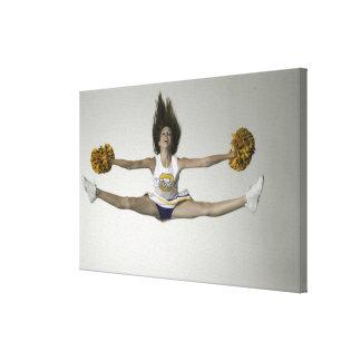 Cheerleader, die Spalten in der mittleren Luft tut Gespannte Galeriedrucke