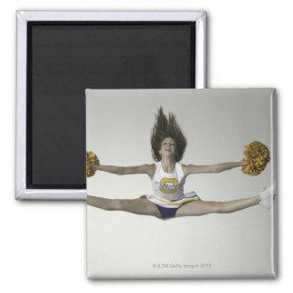 Cheerleader die Spalten in der mittleren Luft tut Magnets