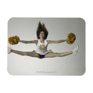 Cheerleader, die Spalten in der mittleren Luft tut Magnet