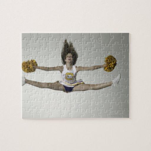Cheerleader, die Spalten in der mittleren Luft tut Jigsaw Puzzles