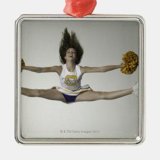 Cheerleader, die Spalten in der mittleren Luft tut Quadratisches Silberfarbenes Ornament