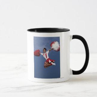 Cheerleader im mitten in der Luft Tasse