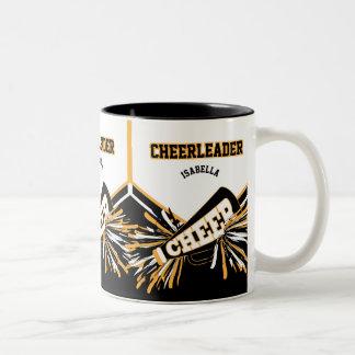 Cheerleader im Weiß, im Gold und im Schwarzen Zweifarbige Tasse