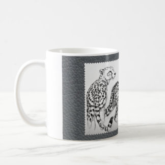 Cheetahs auf grauem Imitat-Leder Tasse