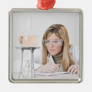 Chemiker der Bunsenbrenner betrachtet Weihnachtsornament