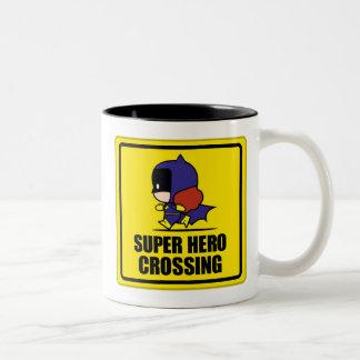 Chibi Batwoman-Superheld-Überfahrt-Zeichen Zweifarbige Tasse