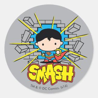 Chibi Supermann, der durch Backsteinmauer Runder Aufkleber