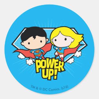 Chibi Supermann u. Chibi Supergirl Power oben! Runder Aufkleber
