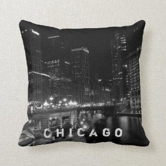 Chicago-Nachtansicht-Schwarzes u. Weiß Kissen