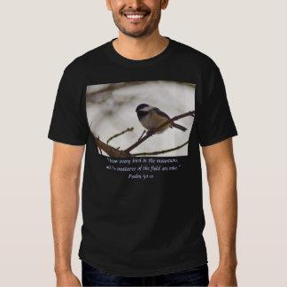 Chickadee auf einem Zweig T Shirts