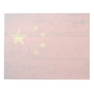 China-Flagge auf altem hölzernem Korn Notizblock