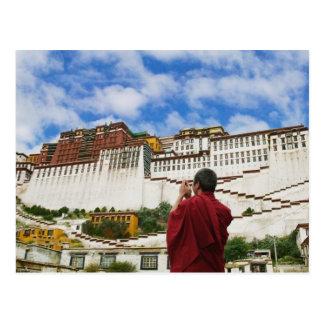 China, Tibet, Lhasa, tibetanischer Mönch mit Postkarte