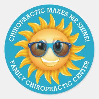 Chiropraktik macht mich Glanz-Gewohnheits-Kinder Runder Aufkleber