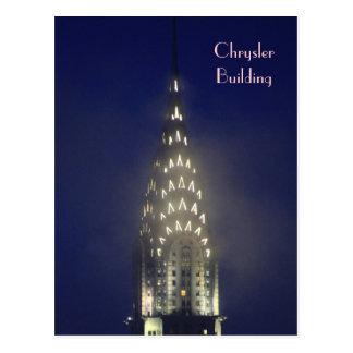 Chrysler-Gebäude-Lit oben an der Dämmerung im Postkarte