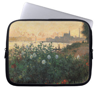 Claude Monet - geblühter Riverbank, Argenteuil Laptopschutzhülle