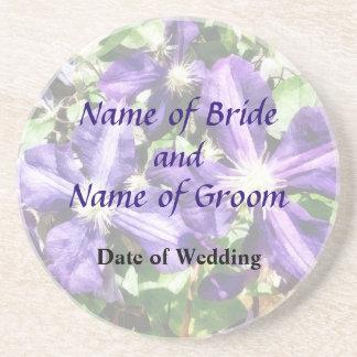 Clematis auf einem Steinwand-Hochzeits-Programm Getränkeuntersetzer