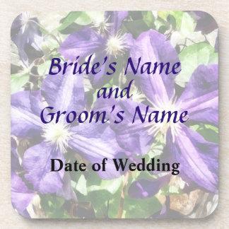 Clematis auf einem Steinwand-Hochzeits-Programm Untersetzer