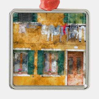 Clothesline auf einem Gebäude in Burano Italien Quadratisches Silberfarbenes Ornament