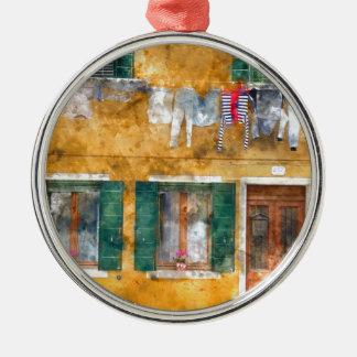 Clothesline auf einem Gebäude in Burano Italien Rundes Silberfarbenes Ornament