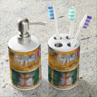 Clothesline auf einem Gebäude in Burano Italien Seifenspender & Zahnbürstenhalter