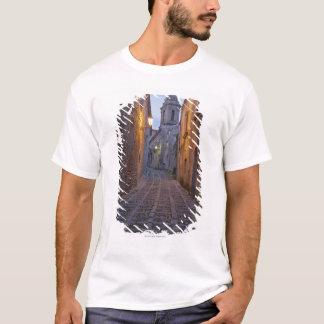 Cobbled Durchgang der alten Stadt leuchtete nachts T-Shirt