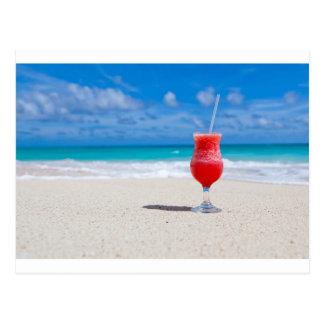 Cocktail auf dem Sand Postkarte