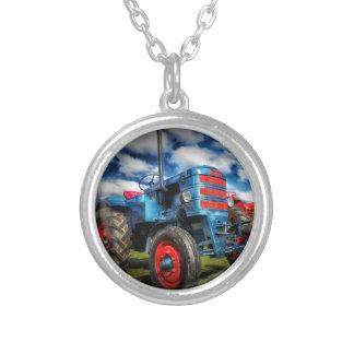 Coole blaues Rot-Antiken-Traktor-Geschenke für Bau Amulett