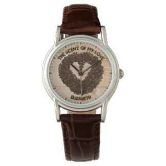 Coole gebratene Kaffeebohnen in der Form des Armbanduhr