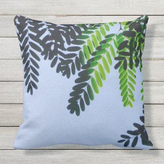 Cooles Grün-Blätter auf Himmel Kissen Für Draußen