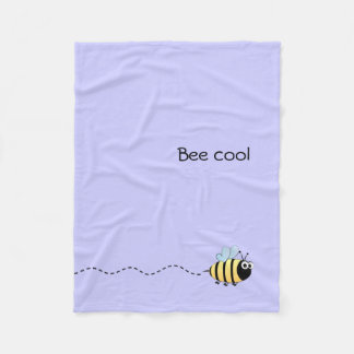 Cooles niedliches Bienen-Cartoonwortspiel lila Fleecedecke