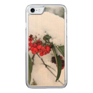 Cotoneaster-Früchte mit einem Schnee-Hut Carved iPhone 8/7 Hülle