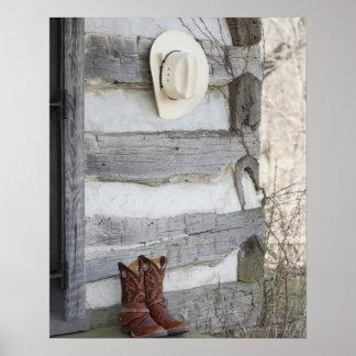 Cowboystiefel und Hut außerhalb des Blockhauses Poster
