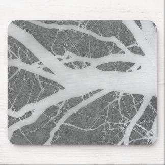 Creepy grauer und weißer Baum abstrakt Mauspads