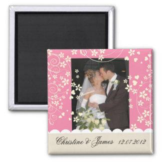Creme mit Blumen auf rosa Magneten, mit Ihrem Foto Quadratischer Magnet